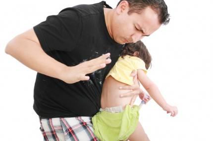 Papà che sculaccia la figlia