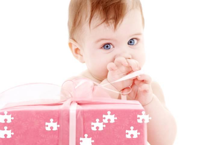 Bambina con pacco regalo davanti
