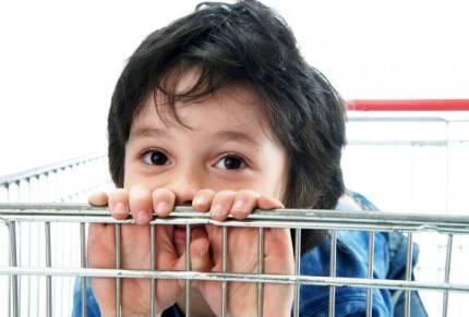 bambino dentro carrello di supermercato