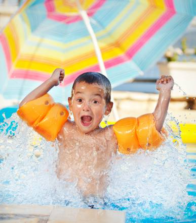 bambino in piscina
