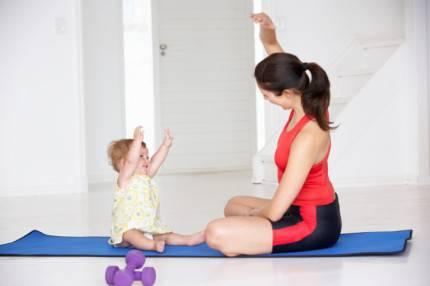 Mamma e bimba ginnastica