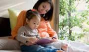 mamma che legge con sua figlia