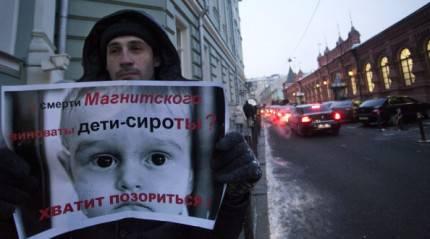 Manifestante russo contro la legge anti-adozioni statunitensi