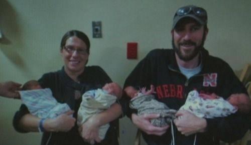 sabrina negus e suo marito tengono in braccio i quattro bimbi