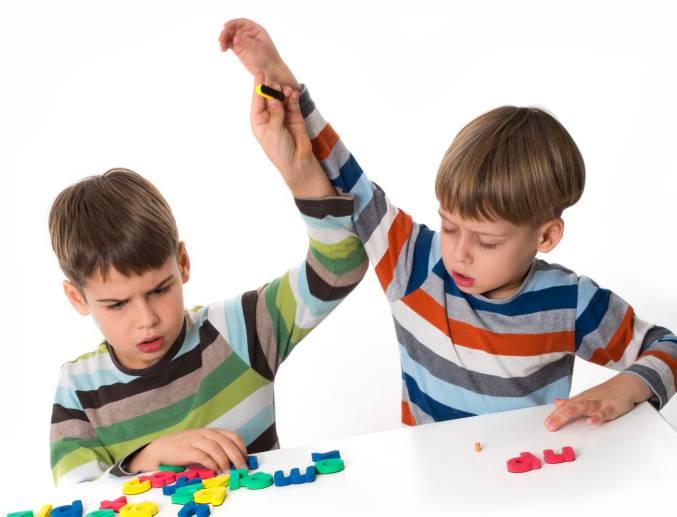 Bambini che si litigano giochi