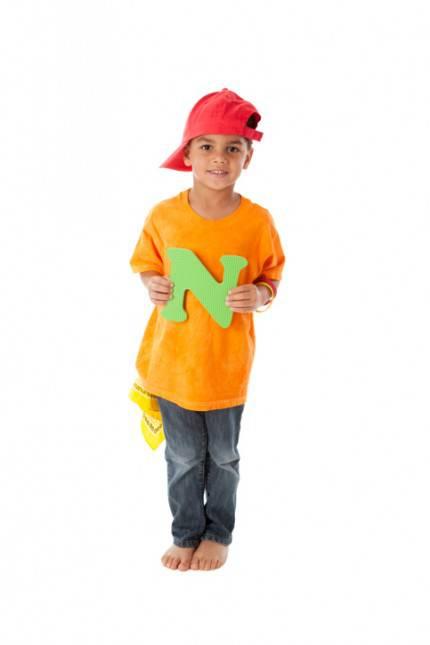 Bambino con la lettera N in mano