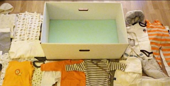 Scatola e contenuto della maternity box finalndese