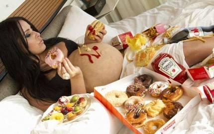 Donna in gravidanza che consuma vari tipi di cibo spazzatura