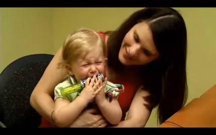 REYN-SCHADT piange dopo che sente grazie a un impianto cocleare