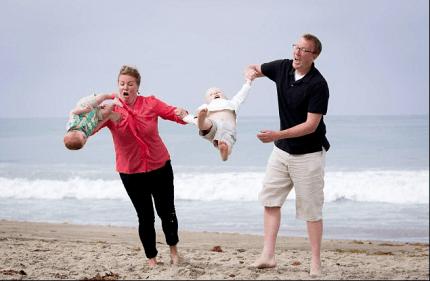 Foto di famiglia ma il bambino prende il volo
