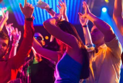 Una ragazza balla in discoteca