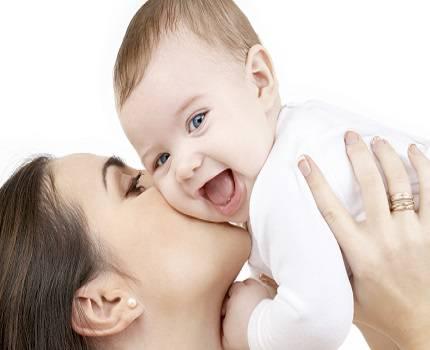 Mamma bacia il bimbo