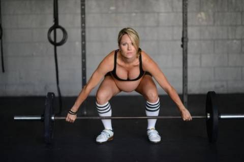 donna incinta al 9°mese solleva pesi
