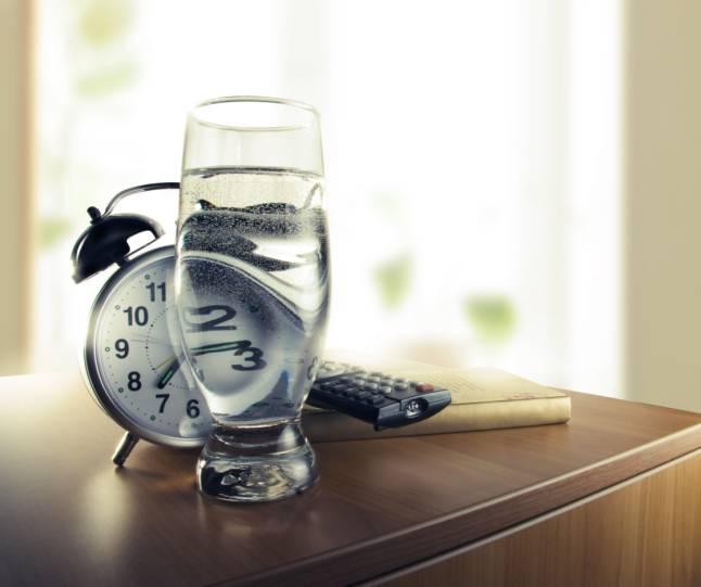 Bicchiere d'acqua sul comodino