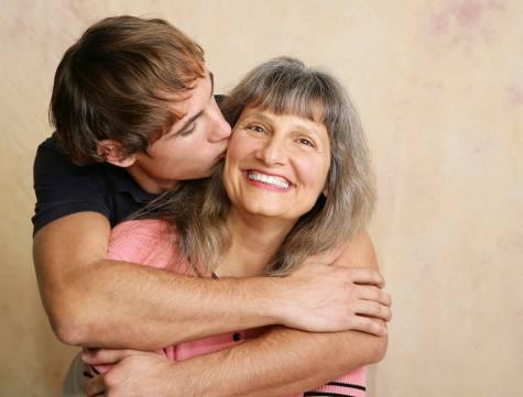 figlio bacia la mamma
