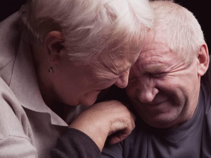 Coppia di nonni sorridenti