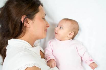 Madre che gioca con il neonato