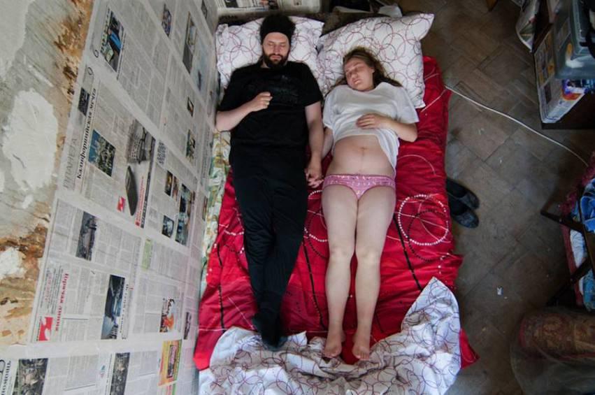 coppia con lenzuola rosse