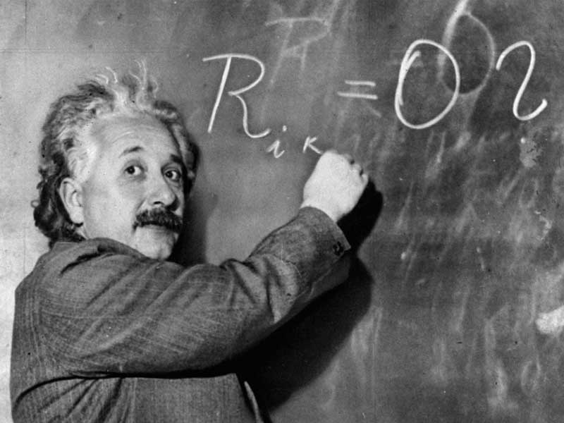 Einstein scrive formule alla lavagna