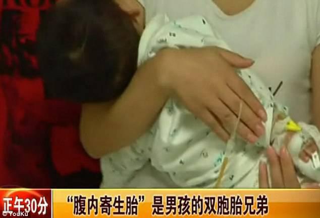 Mamma tiene in braccio il figlio in ospedale