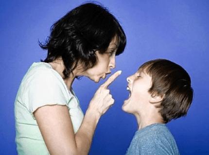 mamma sgrida il figlio