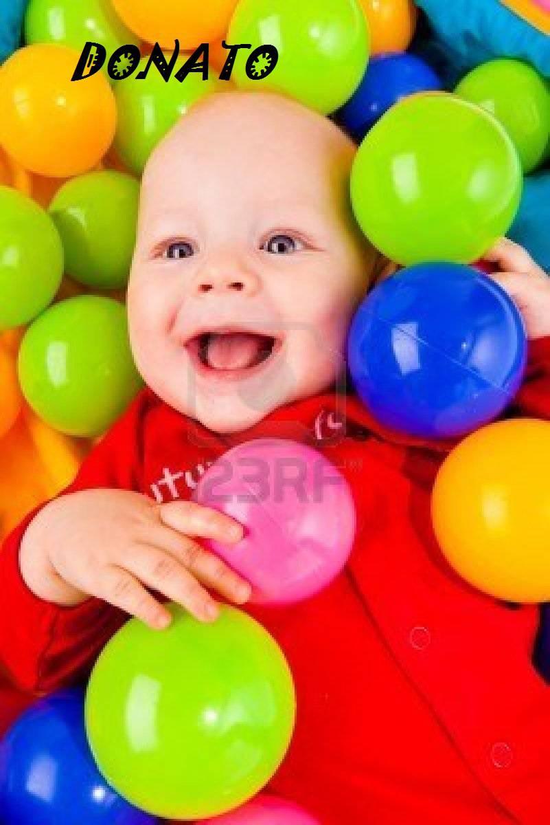 neonato in mezzo ai palloncini con scritta del nome Donato