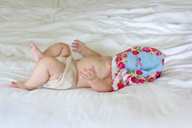 neonato con fazzoletto in faccia