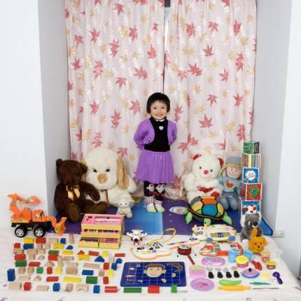 bambina con giochi
