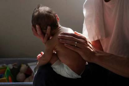 neonato nelle braccia del padre