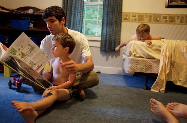 padre legge le fiabe ai figli