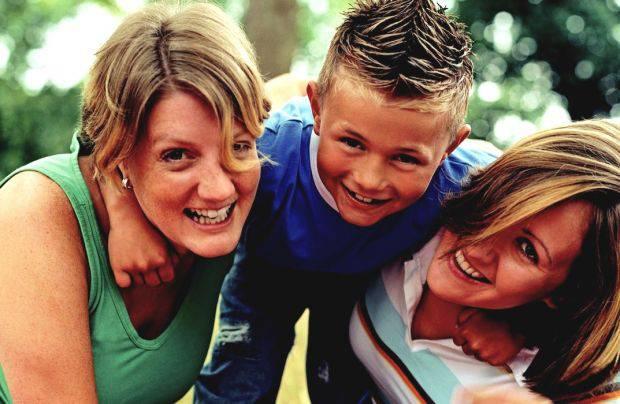 figlio felice con due mamme
