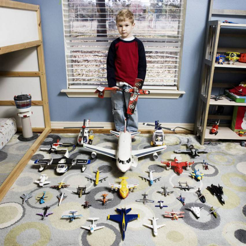bambino con aeroplani