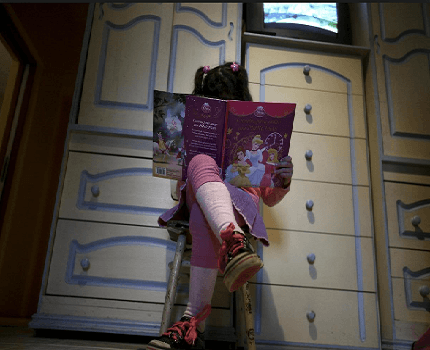 bimbo legge libro femminile