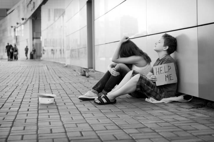 Ragazzi senza casa che chiedono l'elemosina