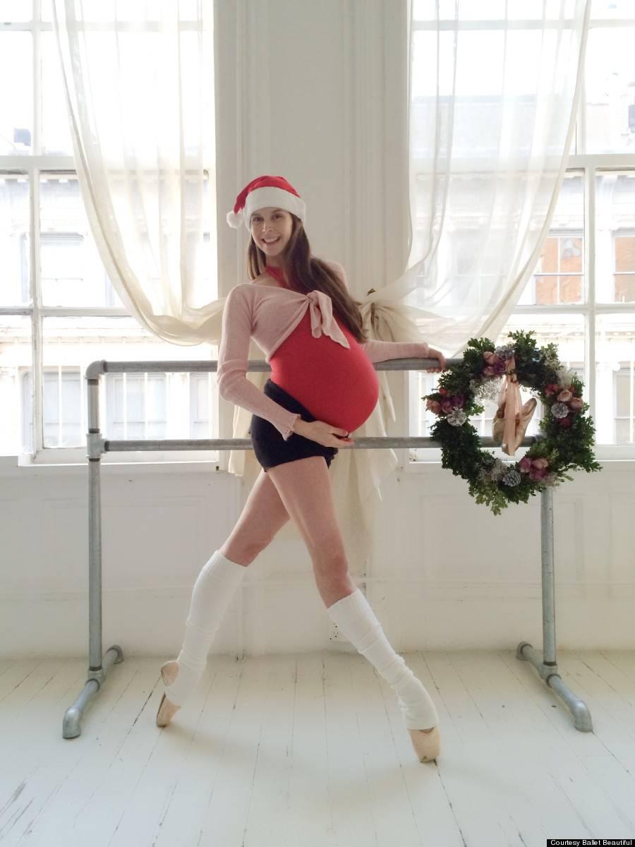 Mamma incinta ballerina vestita natalizia