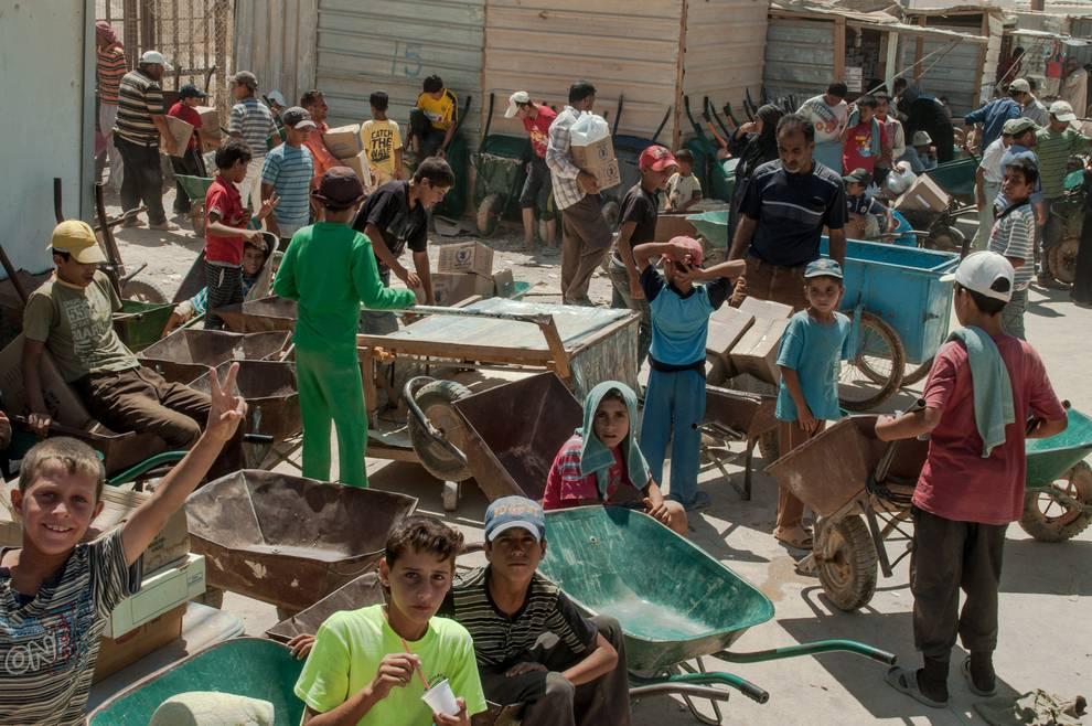 bambini al lavoro in campo profughi