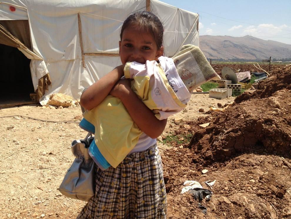bambina con bambola improvvisata in campo profughi