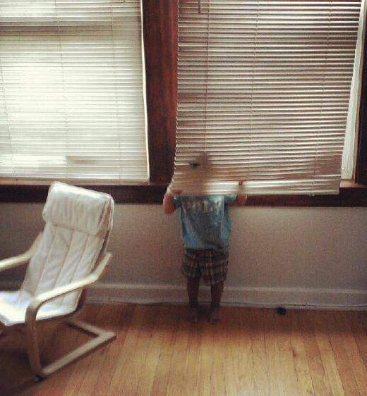 bambini giocano nascondino