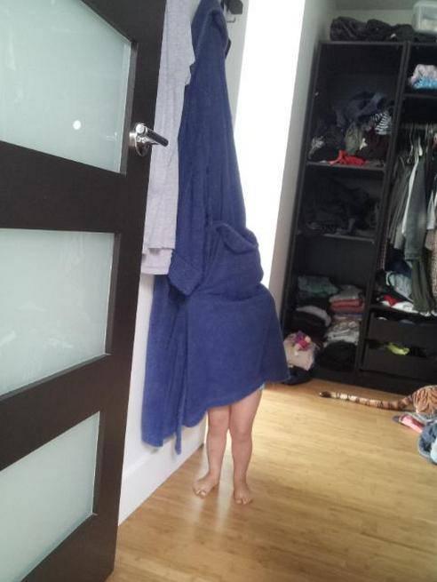 bambino nascosto dietro asciugamano