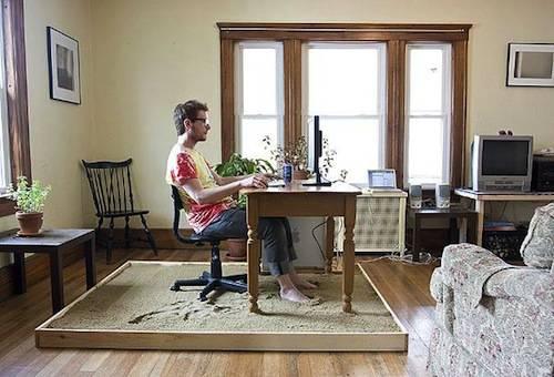 Postazione di sabbia in soggiorno mentre si lavora al computer