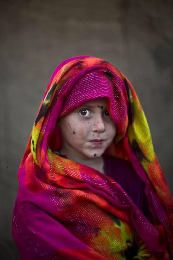 bambina con pareo colorato