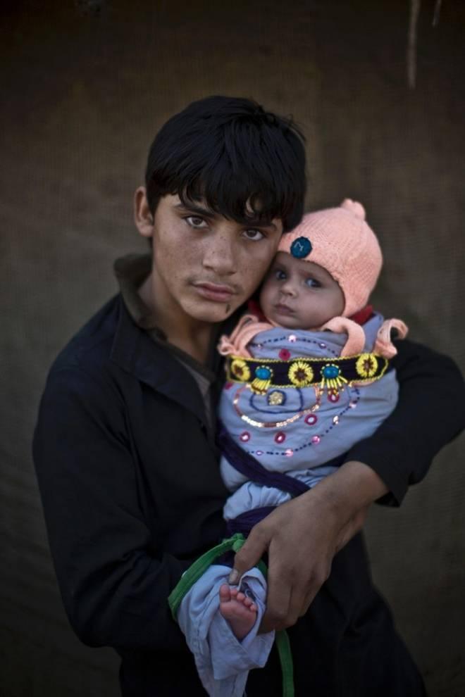 bambino che tiene in braccio un neonato
