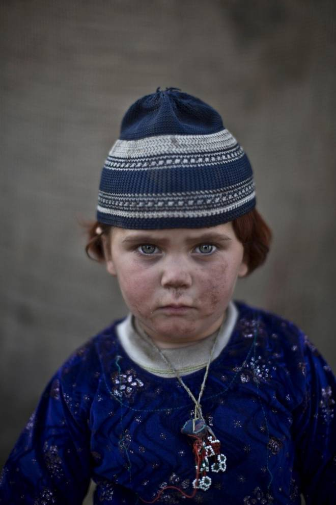 bambino con cappello a righe blu