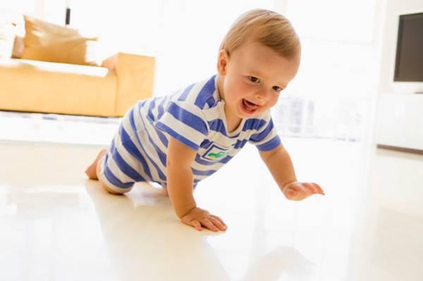 Quando gattonano i bambini? Uno studio risponde
