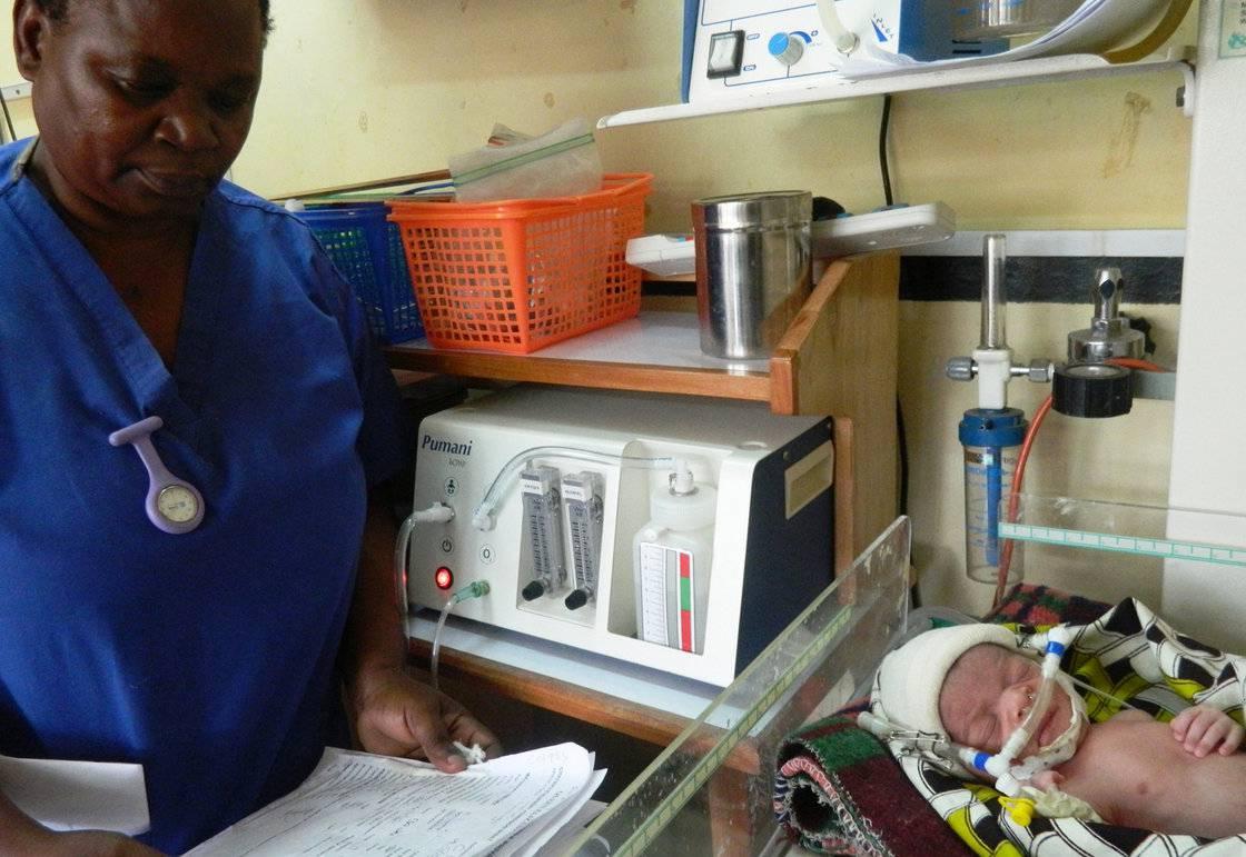 Bambino prematuro con macchina per la ventilazione meccanica
