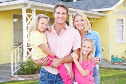 famiglia davanti una casa