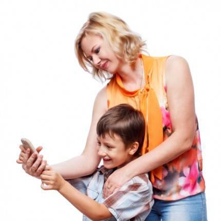 mamma e figlio giocano con lo smartphone