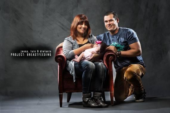 famiglia con madre che allatta