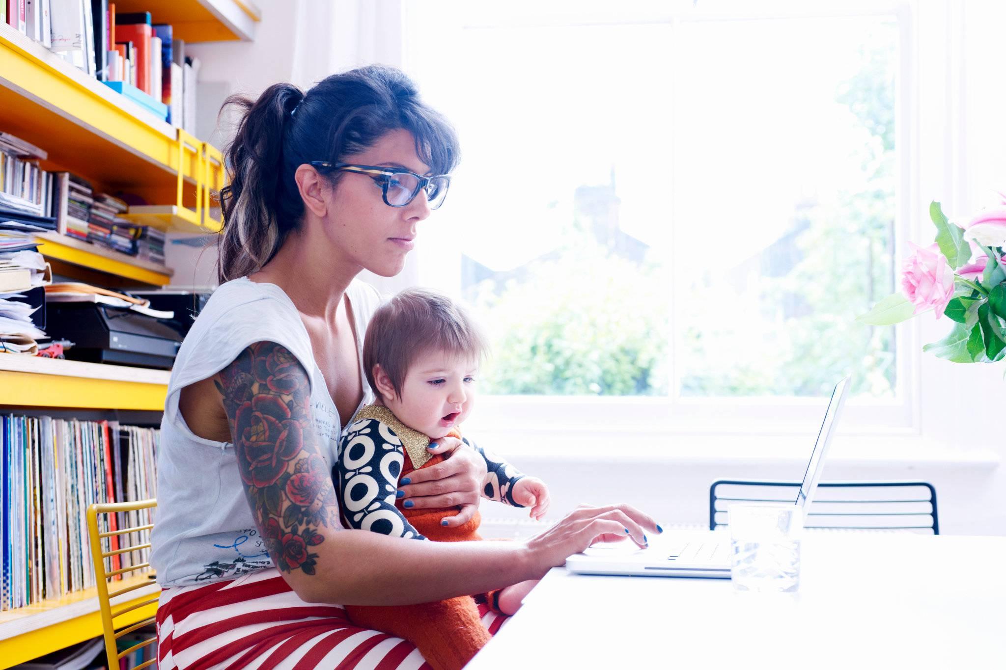 mamma al pc con bambino