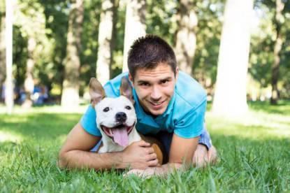 Ragazzo con il suo cane